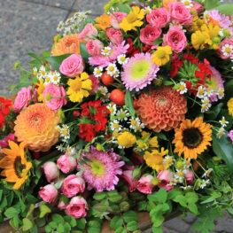 Trauergesteck mit Sonnenblumen