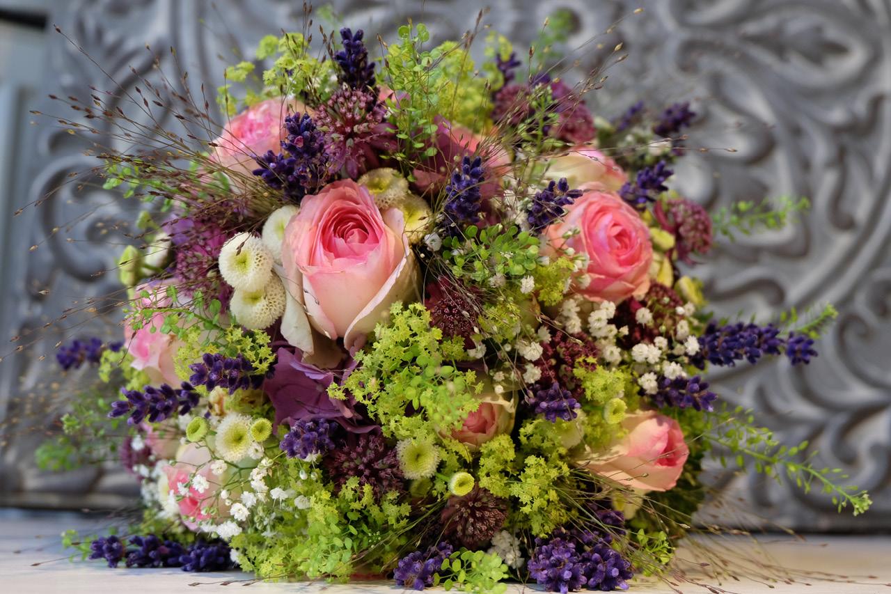 Brautstrausse Frau Rose Floristik Berlin Blumendekorationen Fur